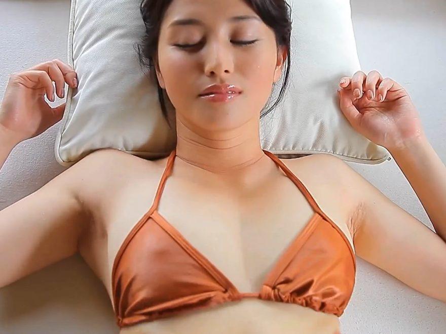 橋本マナミの勃起する乳首
